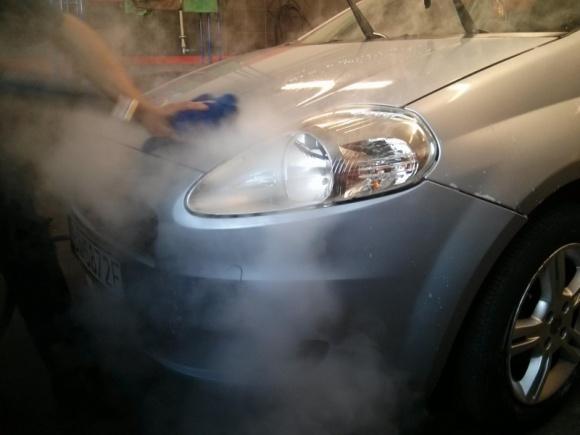 Samodzielne mycie auta – oszczędność, która się słabo opłaca