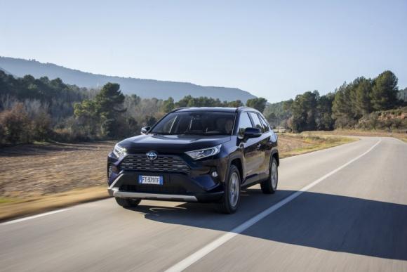 Hybrydowe SUV-y i crossovery: największe przeboje polskiego rynku