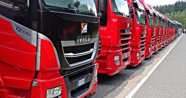 """Zakup ciężarówki w 2021 roku – jakie trendy mogą pojawić się na rynku? , - Przedsiębiorcy transportowi zaczynają coraz lepiej odnajdywać się w pandemicznej rzeczywistości. Idą za tym zakupy nowych ciężarówek. Na co więc powinni przygotować się przewoźnicy, którzy w 2021 chcą doposażyć swoją flotę? Według raportu Trends Transforming The Trucking Industry Outlook in 2021, przygotowanego przez Linchpin oszczędzanie na nowych technologiach przy zakupie pojazdów do przedsiębiorstw transportowych będzie tylko pozornym """"ucięciem"""" kosztów. Tomasz Czyż, ekspert GBox z Grupy INELO podpowiada, jakimi kryteriami powinniśmy kierować się dobierając nowe ciężarówki."""