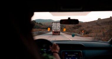 Zatrudnię kierowcę bez doświadczenia. Telematyka transportu wesprze początkujących truckerów , - Jak wskazuje Międzynarodowa Unia Transportu Drogowego (International Road Transport Union) Polska i Rumunia to kraje UE, w których najbardziej brakuje zawodowych kierowców. Według szacunków PwC i TLP, aby załatać lukę kadrową, na rynek każdego roku od 2019 do 2022 musiałoby wchodzić około 15 tys. truckerów. Tymczasem prognozuje się, że dzięki profilowanej edukacji przybędzie w tym roku 4 000 adeptów, a w 2024 ponad 12000. To nadal za mało. Z tego powodu branża otwiera drzwi dla często niedoświadczonych kandydatów z zagranicy, którzy w prowadzeniu ciężarówki upatrują szans na rozpoczęcie kariery zawodowej i zwiększenie zarobków. Co powinni zrobić przewoźnicy, żeby zapewnić bezpieczne warunki pracy i jednocześnie zadbać o opłacalność realizowanych zleceń? Najprostsza odpowiedź to telematyka transportu, czyli nowoczesne rozwiązania technologiczne pomagające nowym pracownikom w szybszy sposób poznać tajniki zawodu, a przewoźnikom ograniczyć potencjalne problemy związane z zatrudnieniem niedoświadczonego kierowcy. Jak to zrobić – podpowiada Tomasz Czyż, ekspert GBox z Grupy INELO.